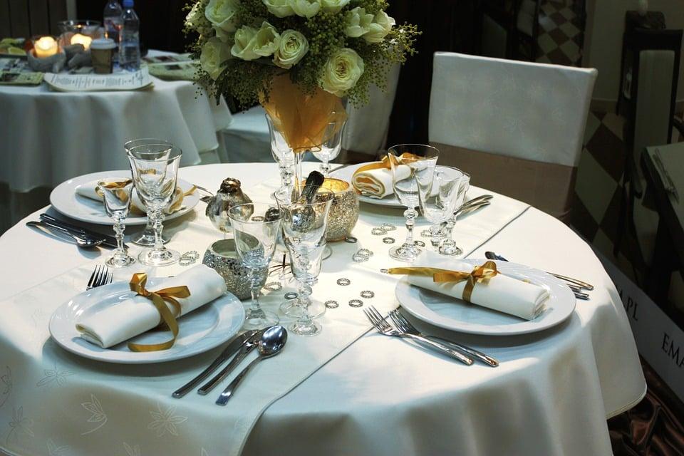 disposition couverts table française dressage de table + ordre des verres position des couverts a la francaise disposition des couverts à la française dresser une table à la française couvert de table les différents couverts de table disposition des couverts apres manger